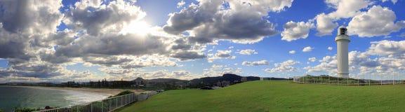 Panoramat beskådar det ljusa huset, wollongong, Australien. stock illustrationer