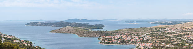 Panoramat beskådar på kustlinjen av Dalmatia - Sibenik område Royaltyfri Fotografi
