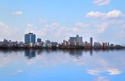 panoramatic哈瓦那的看法在古巴 有天空蔚蓝和蓝色海洋 免版税库存照片