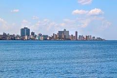 panoramatic哈瓦那的看法在古巴 有天空蔚蓝和蓝色海洋 库存图片