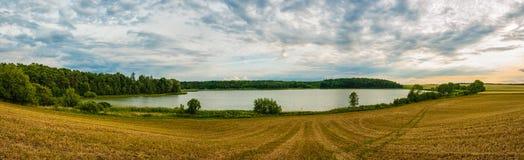 Panoramatic bild av det trevliga stället med sjön Arkivbild