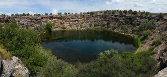 Panoramatic foto av den härliga vulkaniska sjön, Arizona, USA royaltyfri fotografi