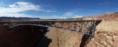 Panoramatic foto av en bro över Coloradofloden, Arizona, USA royaltyfri foto