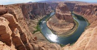 Panoramatic foto av hästskokrökningen av Coloradofloden, Arizona, USA fotografering för bildbyråer