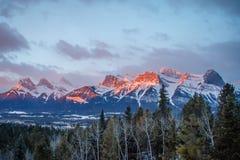 Panoramatic sikt av bergskedja ovanför stad av Canmore i Kanada royaltyfri fotografi