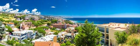 Panoramatic sikt av den Sanremo staden på italienare Riviera Royaltyfri Bild