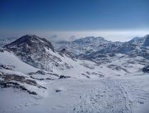 Panoramatic sikt av dolda höga berg för snö Fotografering för Bildbyråer