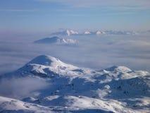 Panoramatic sikt av dolda höga berg för snö Royaltyfri Bild