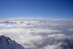 Panoramatic sikt av dolda höga berg för snö Arkivbild