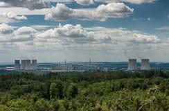 Panoramatic sikt av kärnkraftverket Dukovany Arkivbild