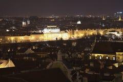 Panoramatic sikt för natt på stadsmitten av Prague, capitol av Tjeckien Arkivfoton