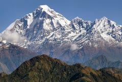 Panoramatic sikt från det Jaljala passerandet av Dhaulagiri Arkivbild