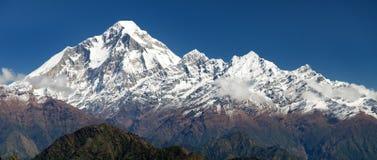 Panoramatic sikt från det Jaljala passerandet av Dhaulagiri Royaltyfria Bilder
