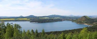 Panoramatic wiev向从小山Borny的Machas湖 捷克横向 图库摄影
