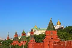 Panoramatorens en gebouwen van Moskou het Kremlin Stock Afbeeldingen