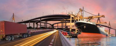 Panoramatransport och det logistiska begreppet med lastbilfartygnivån för logistisk import exporterar bakgrund royaltyfri fotografi