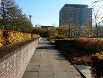Panoramatuin en de moderne bouw royalty-vrije stock afbeelding