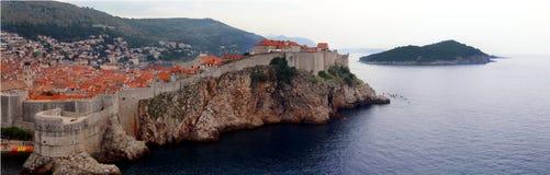 Panoramaufer alter Stadtmauer Dubrovniks szenisches Lizenzfreies Stockfoto