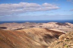 Panoramautsikt över bergen av Betancuria till Atlantic Ocean, Fuerteventura, kanariefågelöar royaltyfri fotografi