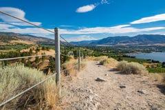 Panoramautsikt över dalen med en stad mellan sjöar royaltyfri fotografi