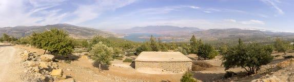 Panoramautsikt över dammfackel-Ouidane sjön, hög kartbok Arkivfoto