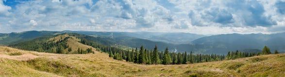 Panoramautsikt över de Carpatian bergen arkivfoton