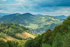 Panoramautsikt över de Carpatian bergen, de gröna dalarna och den härliga blåa himlen på bakgrunden arkivfoton