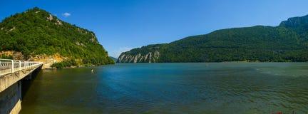 Panoramautsikt över den Danube River kanjonen på Dubova Royaltyfri Bild