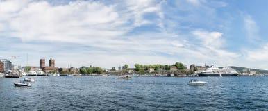 Panoramautsikt över den oslo staden vid fjorden Arkivbild