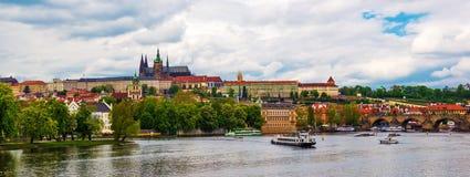 Panoramautsikt över den Prague slotten med Sten Vitus Cathedral Arkivfoto