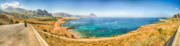Panoramautsikt över den Sicilian kustlinjen och Cofano berget Arkivfoton
