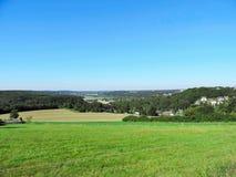 Panoramautsikt över fält och ängar arkivbild