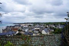 Panoramautsikt över kustlinjen och byn Helgon Gjuta Le Guildo Brittany France Europe arkivfoto