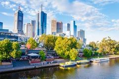 Panoramautsikt över Yarra flod- och stadsskyskrapor i Melbourne, Australien arkivbild