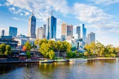 Panoramautsikt över Yarra flod- och stadsskyskrapor i Melbourne, Australien Arkivbilder