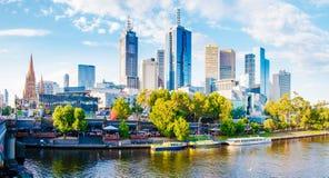 Panoramautsikt över Yarra flod- och stadsskyskrapor i Melbourne, Australien Royaltyfri Fotografi