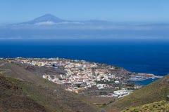 Panoramautsikt av ölaen Gomera med ön Tenerife Fotografering för Bildbyråer