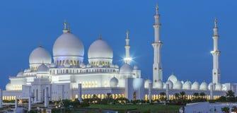 Panoramautsikt av Abu Dhabi Sheikh Zayed Mosque vid natt Royaltyfria Bilder