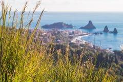 Panoramautsikt av Acitrezza från Acicastello Royaltyfri Bild