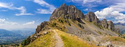Panoramautsikt av Aiguilles de Chabrieres i sommar Ecrins nationalpark, Hautes-Alpes, fjällängar arkivbild