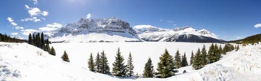 Panoramautsikt av alpina berg över den djupfrysta sjön arkivfoton