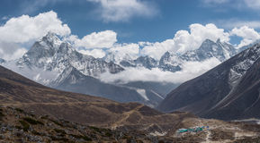 Panoramautsikt av Ama Dablam och Kangtega bergmaximum från Thu Royaltyfri Fotografi