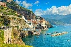 Panoramautsikt av Amalfi och hamnen, Italien, Europa royaltyfri bild
