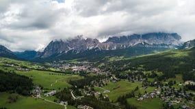 Panoramautsikt av ` Ampezzo, Dolomites, Italien för Cortina D, från sjön Royaltyfri Foto