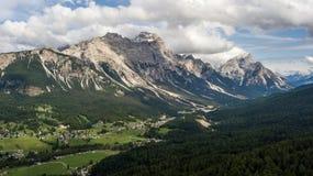 Panoramautsikt av ` Ampezzo, Dolomites, Italien för Cortina D, från sjön Arkivbilder
