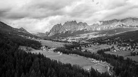 Panoramautsikt av ` Ampezzo, Dolomites, Italien för Cortina D, från sjön Arkivfoton