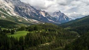 Panoramautsikt av ` Ampezzo, Dolomites, Italien för Cortina D, från sjön Arkivfoto