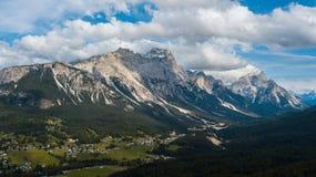 Panoramautsikt av ` Ampezzo, Dolomites, Italien för Cortina D, från sjön Arkivbild