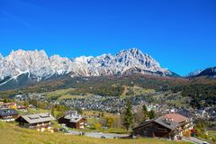 Panoramautsikt av ` Ampezzo för Cortina D i hösttid Det är det mest charmig skidar semesterorten i Italien Cortinaen är också bek royaltyfri bild