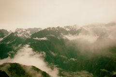 Panoramautsikt av Anderna i mist på Inca Trail peru härligt dimensionellt diagram illustration södra tre för 3d Amerika mycket royaltyfri foto